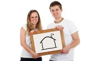 זוג מחזיק שלט עם תמונה של בית