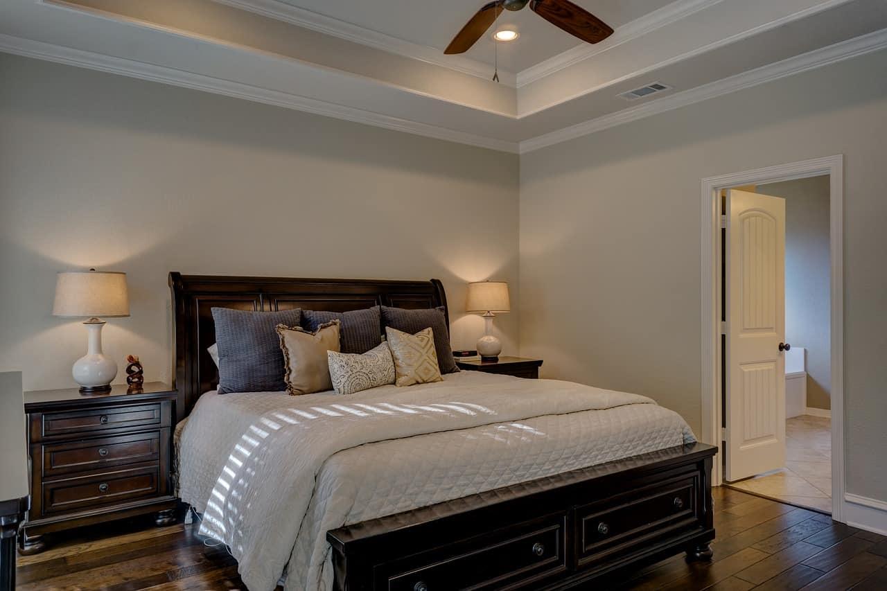 מיטה וכריות בחדר שינה
