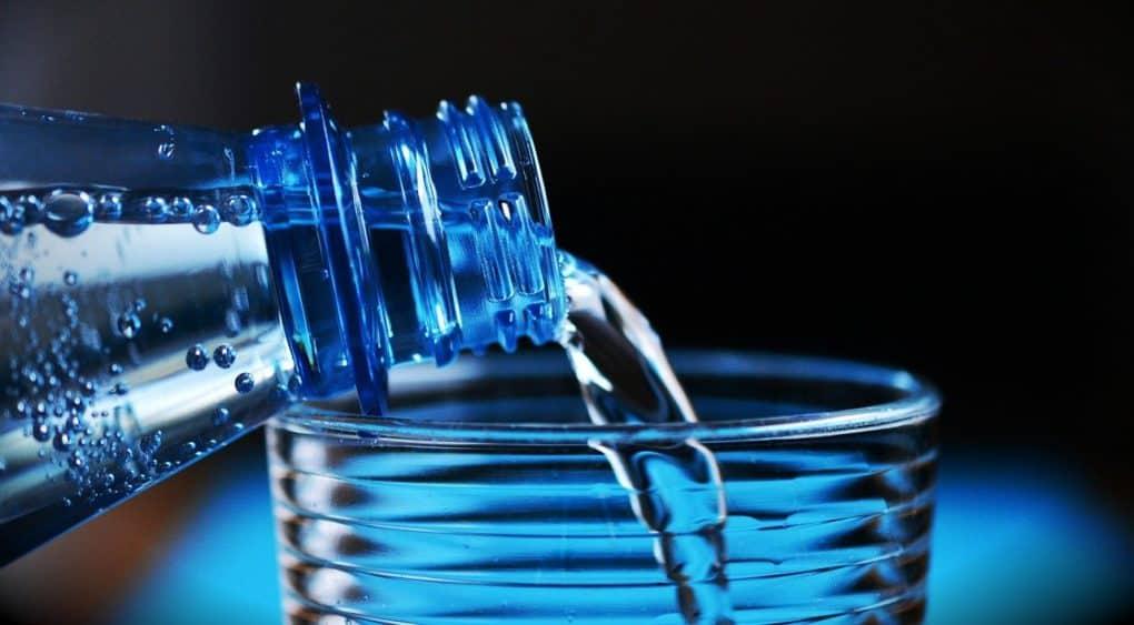 בקבוק מוזג לכוס