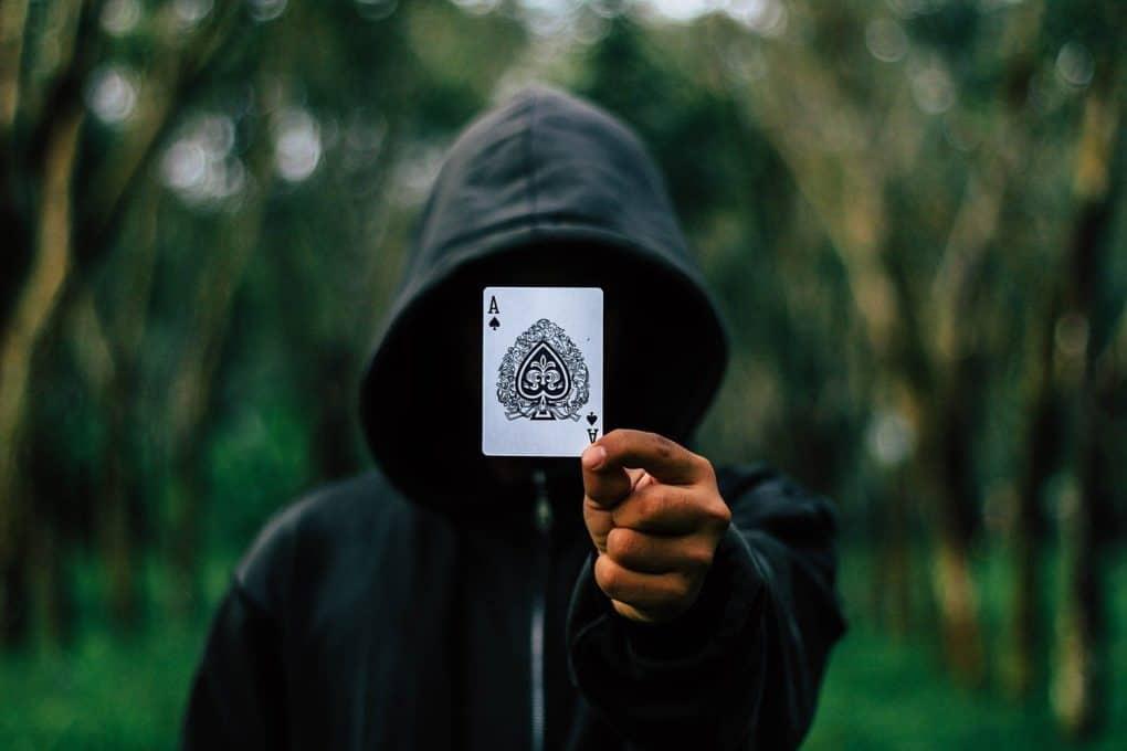 איש מחזיק קלף